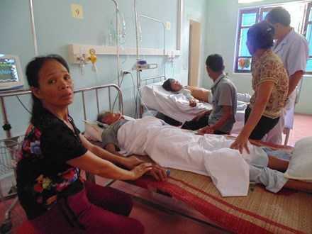 Gia đình anh Quý đang được các bác sỹ điều trị tại bệnh viện
