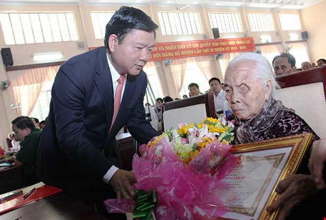Bí thư Đinh La Thăng trao bằng chứng nhận Mẹ VNAH cho mẹ Võ Thị Mượt ngày 26-4 tại Củ Chi - Ảnh: HOÀNG GIANG
