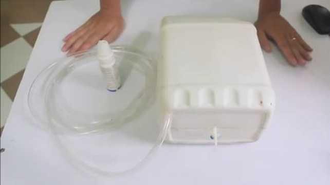 Một đoạn video hướng dẫn cách chế quạt phun sương giá rẻ ngay tại nhà khiến nhiều người quan tâm. Các bước tạo nên chiếc quạt này thực ra rất đơn giản. Bạn nên chuẩn bị các dụng cụ cần thiết như: một can đựng nước, một bình xịt mũi (có tác dụng dùng phần đầu xịt nước rất tốt, một đoạn ống gen dài từ 2,5 -3m, keo 502 để dán phần đầu phun sương vào ống gen. Và tiến hành theo từng bước dưới đây.