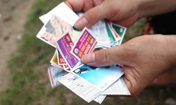 Tình trạng thẻ cào điện thoại giả đã và đang khiến không ít người tiêu dùng khốn khổ. Nhiều người mua thẻ cào với mệnh giá cao từ 100.000 - 200.000 đồng nhưng khi nạp vào máy thì chỉ được 10.000 - 20.000 đồng. Một số thẻ thậm chí còn trong tình trạng đã sử dụng trước đó. Ảnh minh họa.
