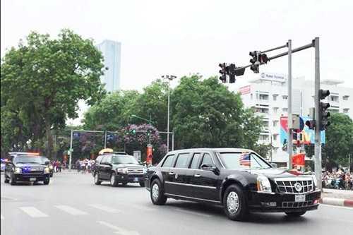 Dàn xe của Tổng thống Mỹ - Barack Obama lăn bánh trên đường phố Hà Nội được sự chào đón nồng nhiệt và thân thiện của người dân Thủ đô.