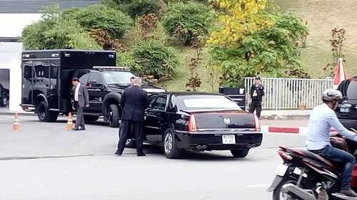Dàn xe của Bộ Ngoại giao Việt Nam, xe an ninh, xe xử lý sự cố... cùng các nhân viên mật vụ Mỹ đã tập trung ngay phía cổng khách sạn kiểm tra lại một lần nữa để chuẩn bị xuất phát.