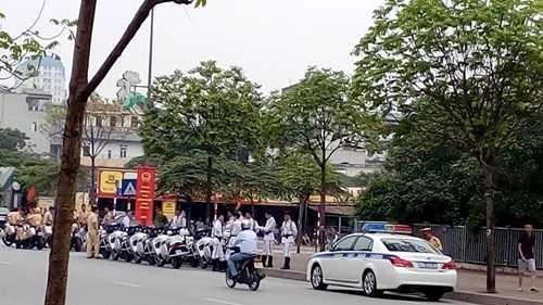 Lực lượng Cảnh sát giao thông cùng dàn môtô dẫn đường cho Tổng thống Mỹ, Barack Obama cũng có mặt tại cổng khách sạn Marriott phía đường Miếu Đầm từ rất sớm.