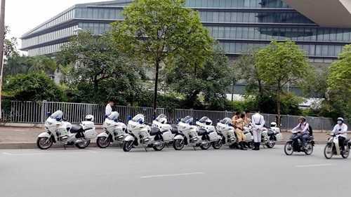 Đội Cảnh sát tuần tra, dẫn đoàn Công An Thành phố Hà Nội cùng dàn môtô phân khối lớn bồ câu cũng đã sắp xếp vào vị trí sẵn sàng di chuyển phục vụ công tác dẫn đoàn.