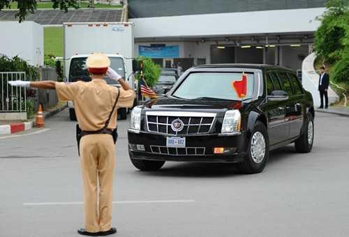 Đúng 10h20, đoàn xe chở Tổng thống Obama đã rời khách sạn để tới Phủ Chủ tịch. Trong ảnh là 2 chiếc xe bọc thép chống đạn Cadillac One, tuy nhiên không rõ Tổng thống Obama ngồi trên chiếc Cadillac One nào? (Ảnh: Zing)