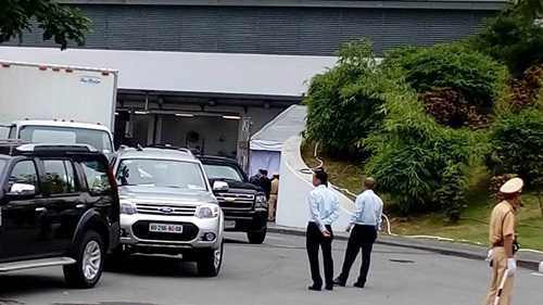 Ngoài hai chiếc Cadillac One, The Beast còn có những chiếc xe dẫn đường và dẹp đường với tên gọi lần lượt là Route, Pilot và Lead. Những chiếc xe này cũng sẽ phối hợp cùng với xe dẫn đoàn của lực lượng cảnh sát Việt Nam để hộ tống ông Obama.