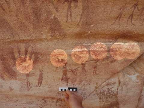 Rất nhiều dấu tay người lớn và trẻ em in trên tường đá trong hang động Wadi Sura II. Ảnh Livescience
