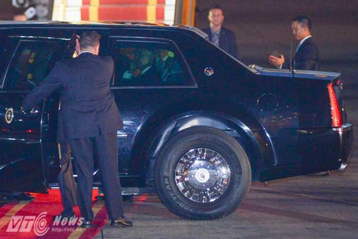 Tổng thống Obama bên trong chiếc Cadillac The Beast - Ảnh: Tùng Đinh
