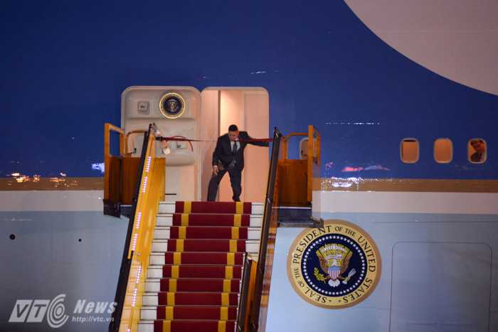 Nhân viên chuẩn bị cho Tổng thống Obam xuống chuyên cơ - Ảnh: Tùng Đinh