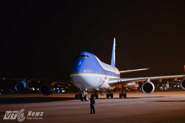 Chiếc Air Force One đến Nội Bài sớm hơn thời gian dự kiến trước đó là rạng sáng 23/5 - Ảnh: Tùng Đinh