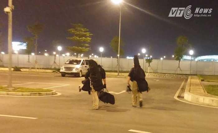 Hai lính bắn tỉa Mỹ rời vị trí về xe sau khi đoàn xe chở ông Obama ra khỏi sân bay - Ảnh: Tùng Đinh