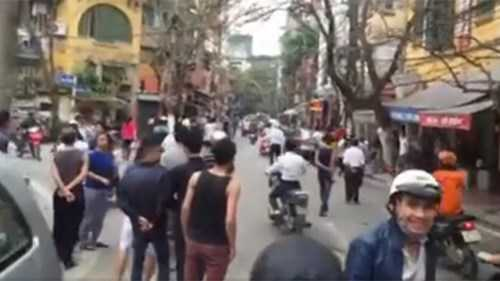Đám đông tụ tập trên phố Châu Long (Ảnh cắt từ clip)