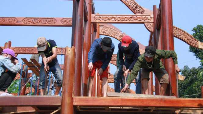 Việc tháo dỡ căn nhà gỗ phải thuê nguyên đội thợ từ miền Bắc vào làm để tránh thiệt hại - Ảnh: Hữu Khá
