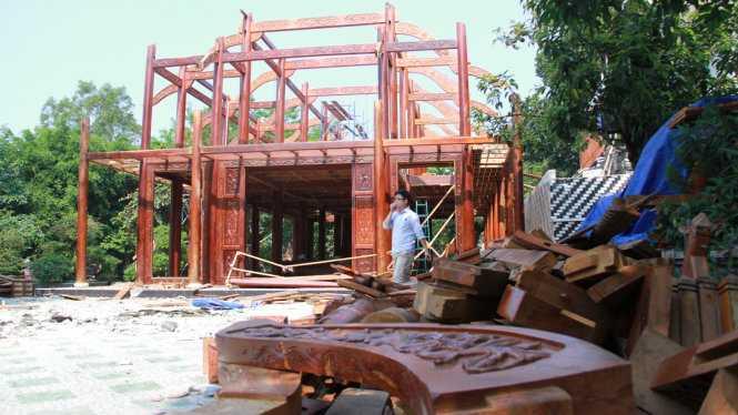 Sau khi số gỗ quý được tháo xuống, chủ nhà lệnh cho công nhân sắp xếp cận thận để di chuyển đi nơi khác lắp đặt - Ảnh: Hữu Khá