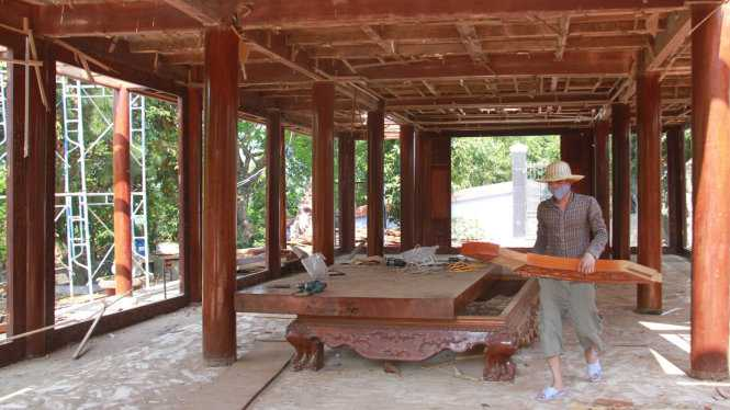 Bên trong căn nhà gỗ của đại gia vàng trước đây có rất nhiều loại bàn ghế được làm bằng gỗ quý - Ảnh: Hữu Khá