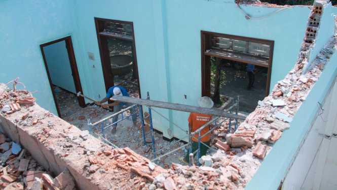 Các căn nhà xây bằng bê tông đã được công nhân đập bỏ vào sáng 13-4 - Ảnh: Hữu Khá