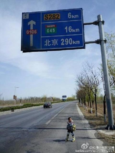 Cậu bé trượt patin trên đường quốc lộ khi cách Bắc Kinh 290km. Ảnh Shanghaiist