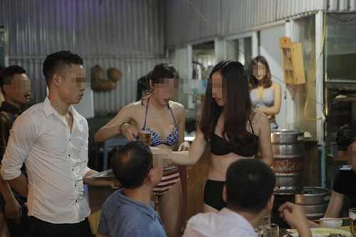 Dàn chân dài mặc bikini mát mẻ đứng rót bia phục vụ khách(Ảnh minh họa internet)