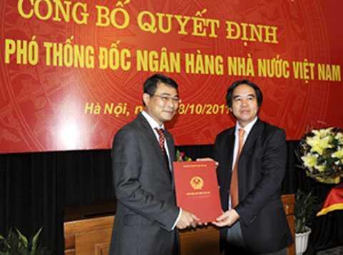 Thống đốc Nguyễn Văn Bình (bên phải) trao Quyết định của Thủ tướng Chính phủ cho ông Lê Minh Hưng