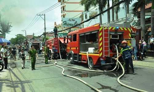 Nhận tin, nhiều xe chữa háy của lực lượng Cảnh sát PCCC TP HCM nhanh chóng có mặt và triển khai công tác cứu hoả, dập tắt đám cháy sau 15 phút. Bước đầu xác định đám cháy xuất phát từ phòng sơn tại garage rồi bùng phát, lan rộng sang các khu lân cận.