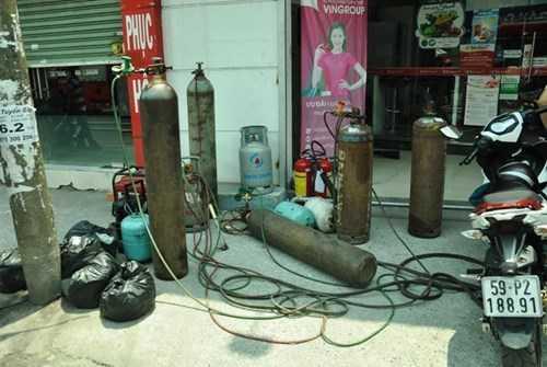 Nhiều bình khí, bình gas... được di dời kịp thời khỏi đám cháy.