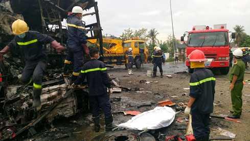 Lực lượng chức năng có mặt tại hiện trường vụ tai nạn kinh hoàng