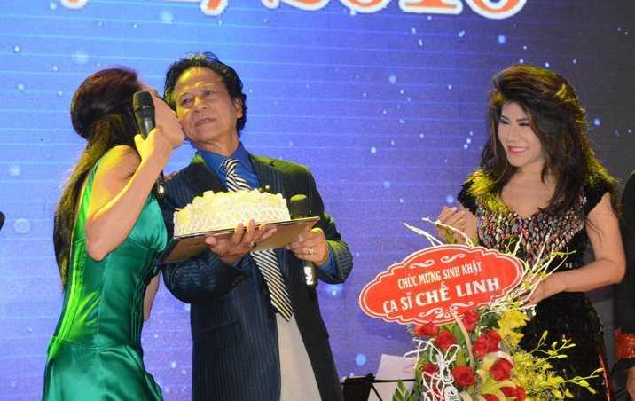 Chế Linh được các nữ nghệ sỹ ôm hôn tới tấp ngay trên sân khấu