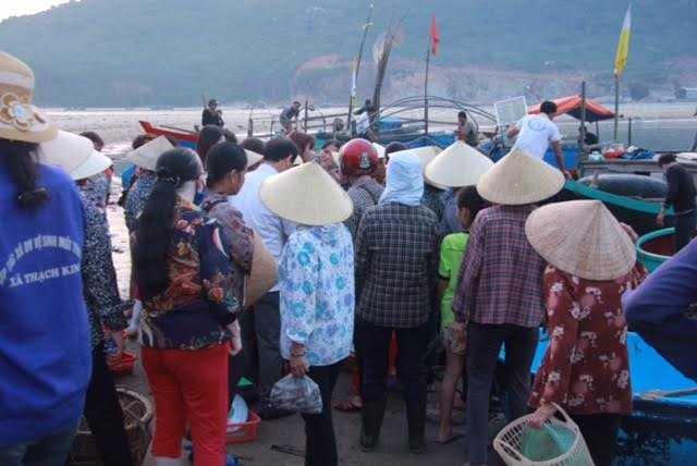 Phiên chợ cảng cá Thạch Kim sáng nay