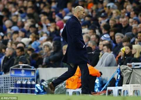 Zidane di chuyển với chiếc quần bị rách