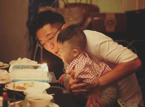 Chí Nhân quấn quít bên con trai 1 tuổi.