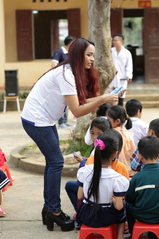 Chiều Xuân cầm mic cho con gái Hồng Khanh hát suốt phần biểu diễn