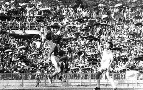 Sân Thống Nhất đông đến nghẹt thở trong một trận cầu những năm 1970