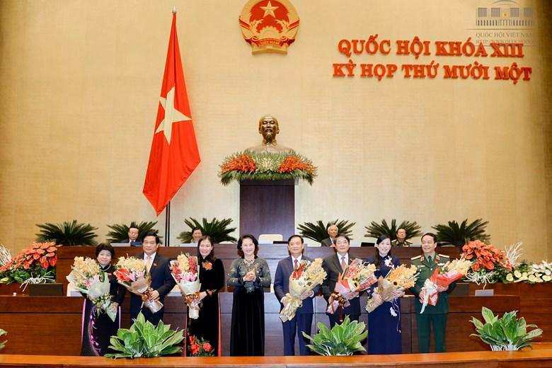 Chủ tịch Quốc hội Nguyễn Thị Kim Ngân thay mặt Quốc hội chúc mừng và tặng hoa các thành viên Ủy ban thường vụ Quốc hội mới được Quốc hội bầu. Ảnh: Văn Bình
