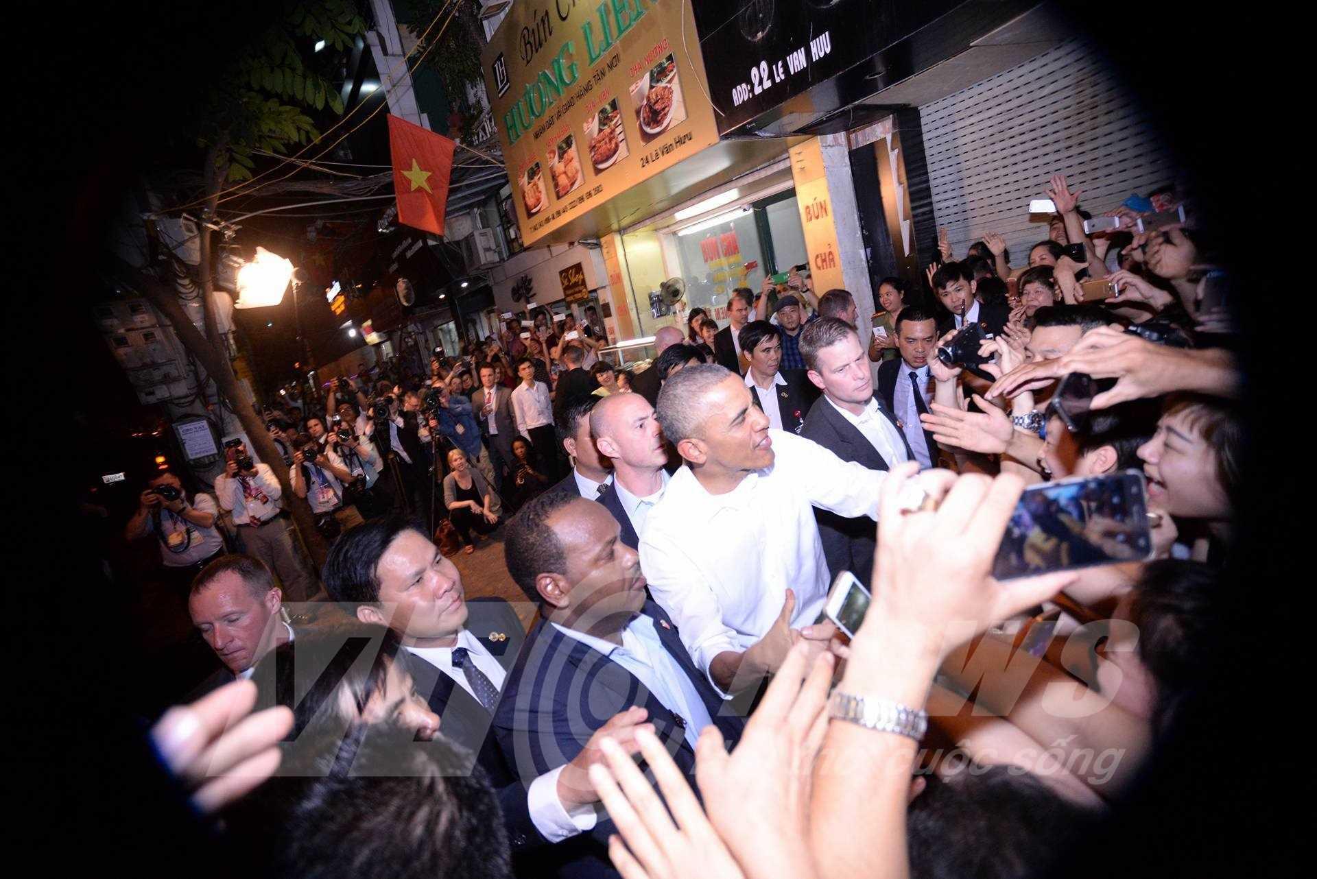 Tổng thống Obama thân thiện với người dân Việt Nam khi rời quán bún chả trên đường Lê Văn Hưu