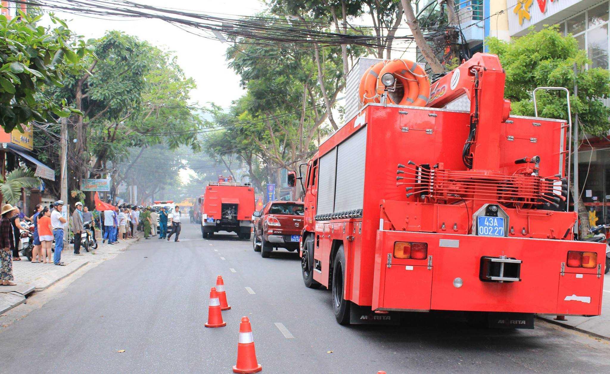 Nhiều xe chữa cháy được huy động để khống chế ngọn lửa.