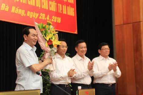 Lãnh đạo TP Đà Nẵng tặng hoa Chủ tịch nước. LÊ PHI
