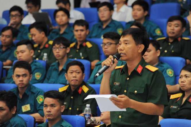 Trung tá Đỗ Văn Thịnh, tiểu đoàn trưởng dự bị động viên, BCH quân sự Q.3 Bộ tư lệnh TP.HCM, đang chất vấn các Ưng cử viên - Ảnh: Tự Trung