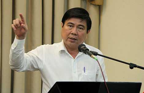 Chủ tịch UBND TP.HCM Nguyễn Thành Phong tiếp xúc với cử tri quận 1. Ảnh: HOÀNG GIANG