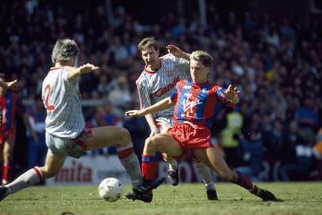 HLV Alan Pardew (áo đỏ) từng thất bại trước MU ở trận chung kết FA Cup 1990