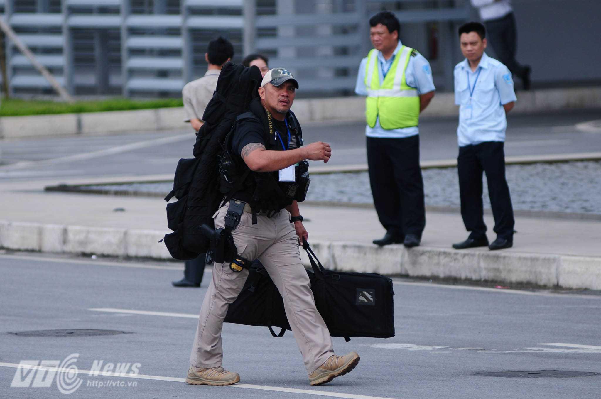 Trước khi Air Force One cất cánh khoảng 30p, các đặc nhiệm vũ trang đã có mặt ở Nội Bài - Ảnh: Tùng Đinh