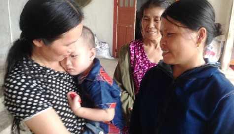 Cô Tuyết ân cần hỏi thăm sức khỏe bé Nguyễn Văn Quyết (2 tuổi) bị ong đốt.