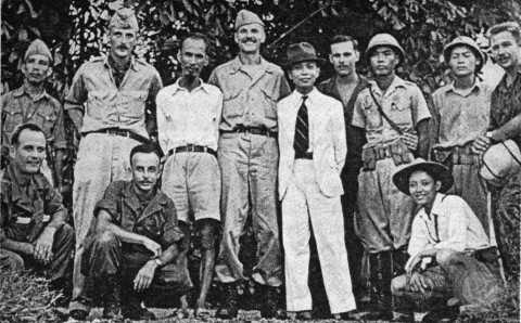 Nhóm Con nai chụp ảnh cùng Chủ tịch Hồ Chí Minh và Đại tướng Võ Nguyên Giáp