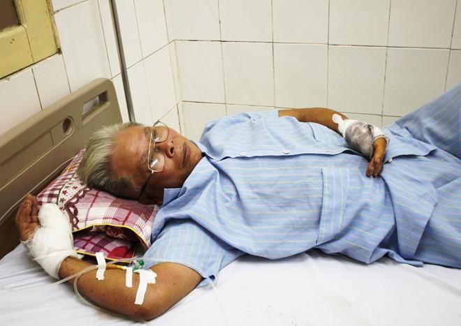 Ông Lộc bị người đàn ông lạ mặt chém bị thương phải nhập viện. Ảnh: Đ.K.