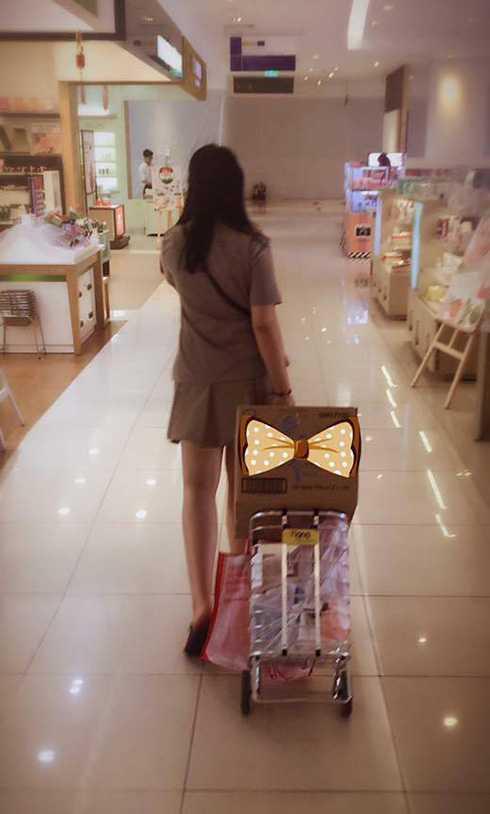 Thiếu nữ cao 1m65 của Hiền Thục xung phong xách đồ phụ mẹ khi cả hai đi chợ