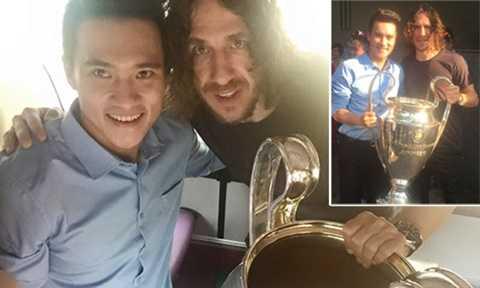 Công Vinh tươi rói chụp cùng Puyol và chiếc Cup Champions League