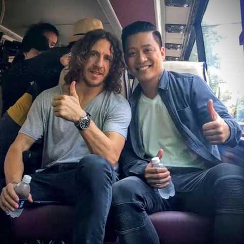 Tuấn Hưng ngồi cùng Puyol trên xe