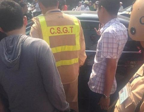 Các chiến sỹ CSGT nhanh chóng dùng búa đập kính xe BMW cứu nạn nhân ngất xỉu trong xe.