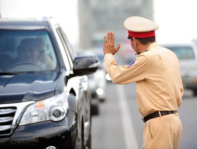 Tài xế chạy qua cầu Chương Dương giơ tay chào bố Đoàn và nhận lại hành động tương tự. Ảnh Zing