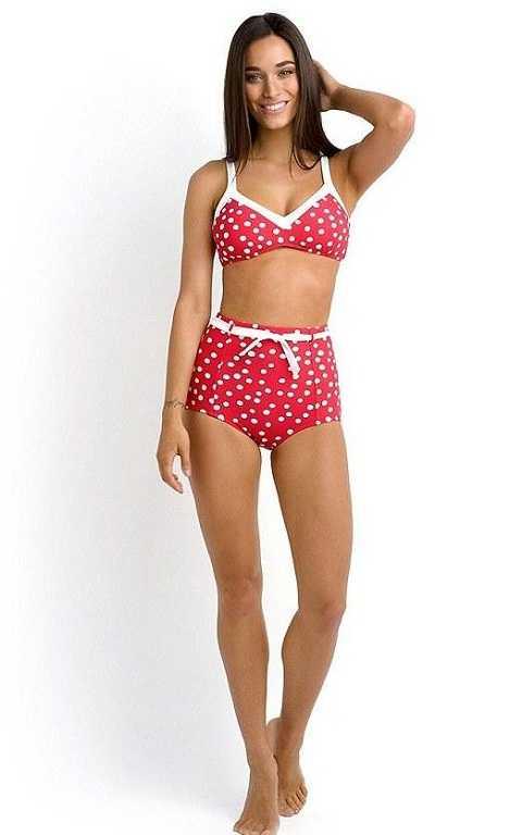 Bức ảnh bộ bikini hãng Seafolly được một cô gái trẻ mặc để quảng bá ở cửa hàng.