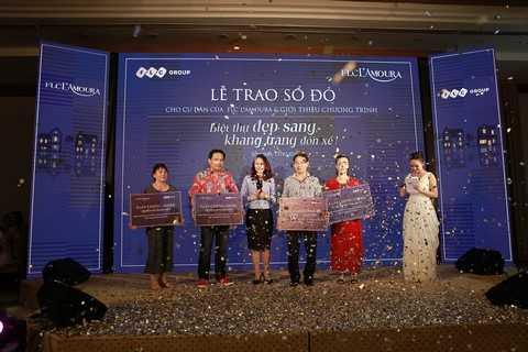 Bà Hương Trần Kiều Dung – Tổng giám đốc Tập đoàn FLC trao sổ đỏ cho các cư dân FLC L'Amoura